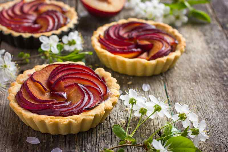 Tartlets with plum