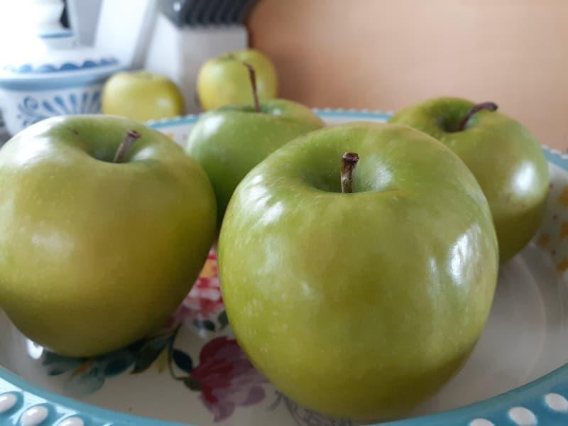 Green Granny Smith Apples in a decorative pie dish.